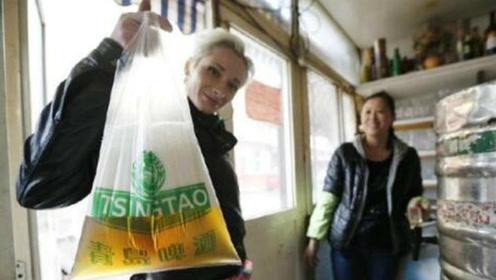 为什么青岛人买啤酒,非要用塑料袋装?忍不住了我先干为敬!