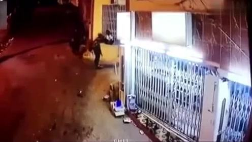 大晚上的白色司机在这个路口超车,接下来后悔已晚
