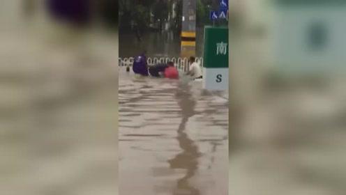 老人积水中掉入窨井 小伙救人也被瞬间吸入