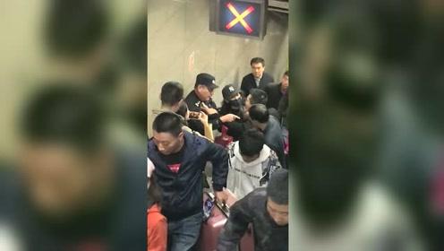 小伙换乘逆行打警察 网友:宁惹黑社会,不惹18岁