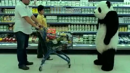 这只熊猫真的好蛮不讲理,可是看着又很过瘾,摔东西一套套的