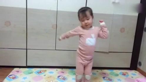 妈妈一放音乐,小女娃瞬间就嗨了,这妖娆的舞姿把妈妈逗乐了!