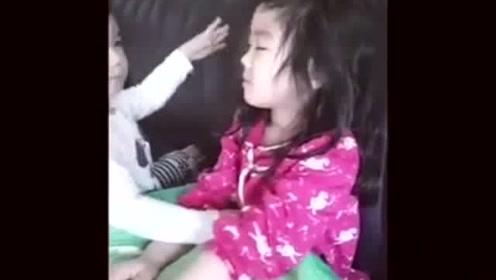 姐姐在沙发上打瞌睡,弟弟上前就开亲