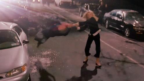 两个女超人当街打架!