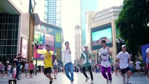 不齐舞团重庆解放碑翻跳TFBOYS《是你》!