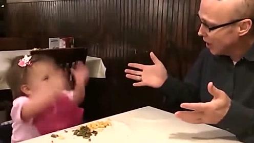 看萌娃在和爸爸吵什么,小姑娘一本正经的样子好好玩,把人萌了