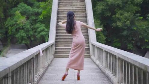 美女穿旗袍桥边跳《江南夜》