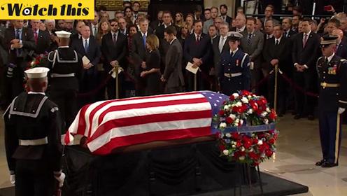 老布什遗体安放国会大厦圆形大厅 国会议员参加悼念仪式献上花圈