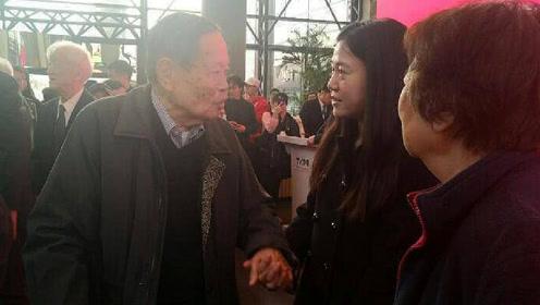 清华大学偶遇杨振宁夫妇,翁帆与丈夫十指紧扣眼神温柔