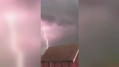 澳大利亚遭强风暴袭击 电闪雷鸣