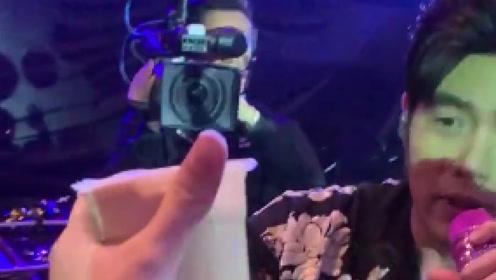 会玩!粉丝用奶茶吸引周杰伦 成功锁定周董目光