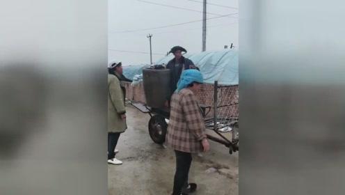农村小伙送水缸,真是太笑人了