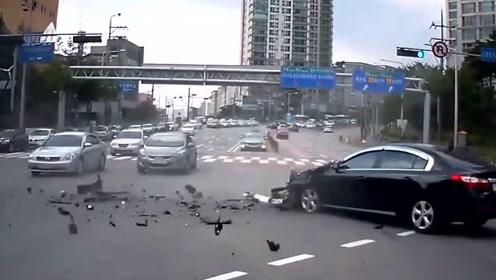 大车的威力有多强,黑色小车被蹭了一下车头直接没了!