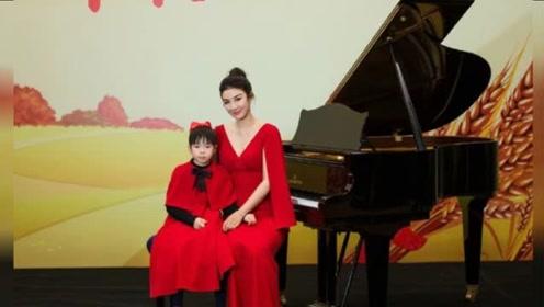 黄奕与女儿穿红色礼服温馨幸福 上演钢琴四手联奏十分厉害