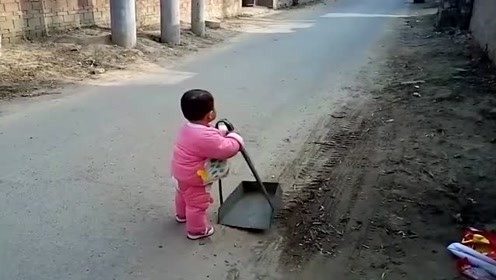 带儿子回老家,谁知这小娃对什么都充满好奇,真是一刻也不闲着啊!