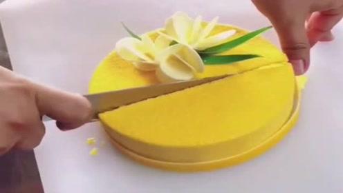 一个个蛋糕刚被切开的瞬间,真的太美味了