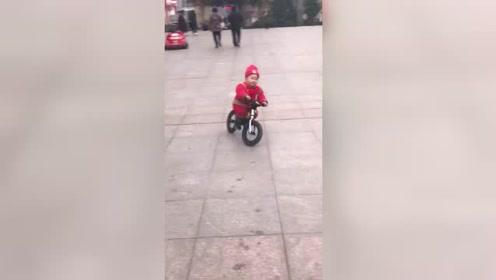 1岁多的侄子骑车,这动作也太敏捷了吧,我都有点自愧不如啊!