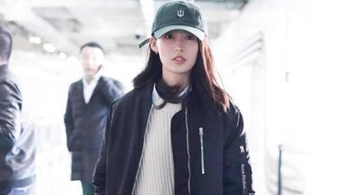 李沁穿长棒球服外套加绿裤子 春意盎然太少女