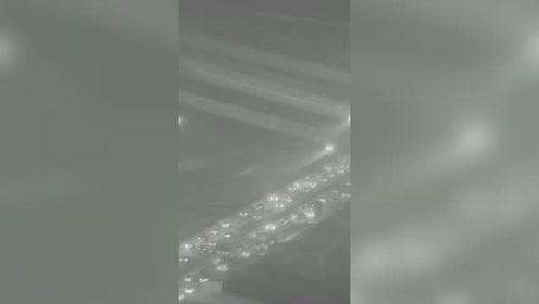 暖哭了!雪夜千里大接力,警车护送数千辆车横跨河南