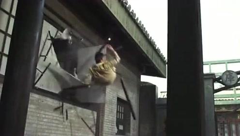 日本美女将小伙打倒,准备一击时,一把会转弯的飞刀飞向了她