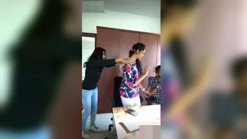 办公室正在工作的三人,忽然手舞足蹈起来,莫名地兴奋啊!