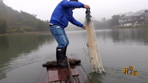 放了100米渔网,已经24小时过去了,上了一个差不多两斤的大鲤鱼
