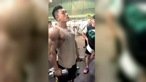 健身型男:健身房小哥哥的肌肉看着很炸裂,颜值也很高!