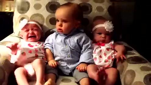 小哥哥看着一左一右两个双胞胎宝宝,蒙圈了