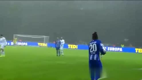 第35分钟沃尔夫斯堡球员斯特芬抢断成功