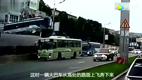 大巴车意外从高台坠落,车头直接变碎片,场面狼藉让人不忍直视