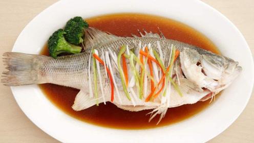 这才是清蒸鲈鱼的正确做法,肉质鲜嫩无腥味,做法简单,步骤详细