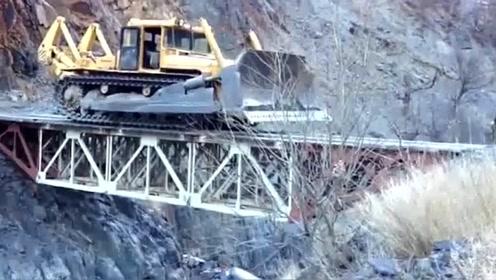 大型铲车过桥,吓得司机跳车,没这胆量还真不敢开