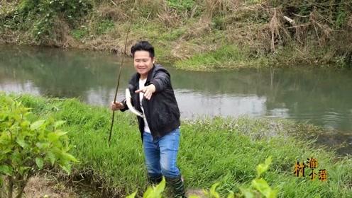 小伙在清水河下了几竿夜钓,鱼竿被拖进水里只好下水收,喜中鲶鱼