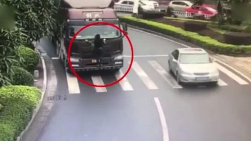 奇葩操作!女子爬上车头用身体挡车牌 或被掉扣12分