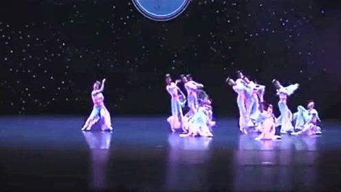 女子群舞《锦上三月》优美和谐,人多跳得整齐确实不容易