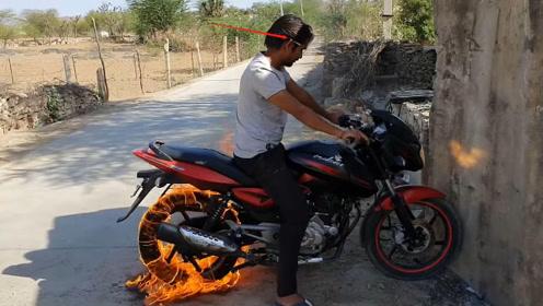 发哥钞票点烟不算啥,印度小哥用摩托轮胎点烟,一口抽出石油味?