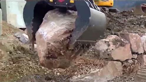 开挖掘机,有时候操作大开大合,有时候也需要细腻的操作!