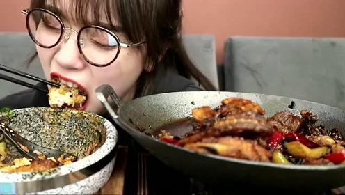 美女阿尤吃播爆辣的麻辣干锅大口大口的吃,还迷上了买各种器具