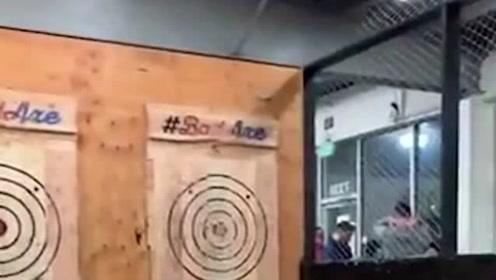 美国一女子扔斧头打靶时遭反弹袭击 幸好及时回避