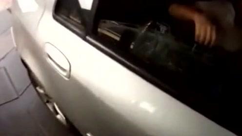 """汽车超载为避处罚 后座4名女子竟用包包掩盖""""中暑""""男子"""