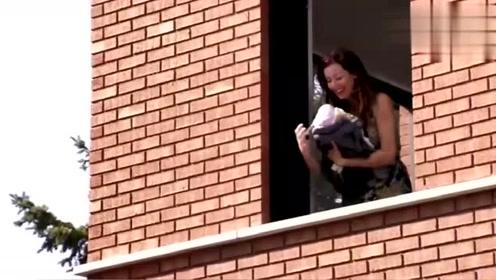 国外恶搞:男子把婴儿从一楼往上扔,然后又扔了下来,路人吓坏了