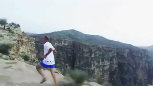 听着悦耳的音乐,清晨在山巅跑步