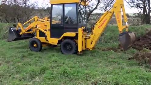 两用挖掘机没见过吧?一边挖洞一边铲泥太厉害