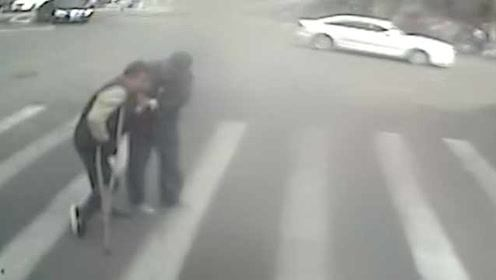 80秒的感动!老人拄拐颤巍巍过马路,他停车扶到路边