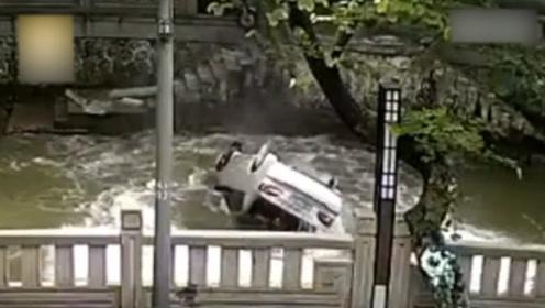 """小车失控坠河, 路人营救反遭埋怨""""干嘛砸烂我车窗"""""""