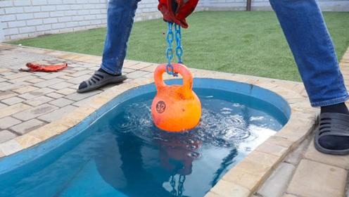 老外将1000度大铁球放进泳池,会发生什么?场面瞬间失去控制