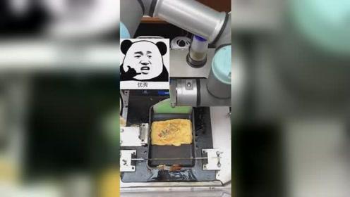 令人惊叹!机器人厨师为顾客制作金黄煎蛋卷