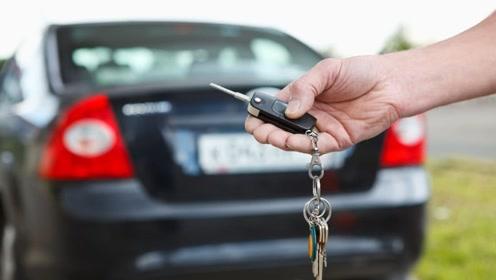 不小心把车钥匙落在车内,要砸玻璃?内行人:别犯傻,车上有机关