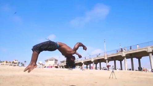 这不可能!弹跳达人海滩秀特技比袋鼠跳的还高