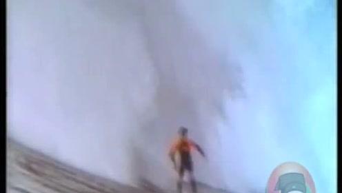 在巨大的海浪下,砂砾一样大的人,他却一点都不惧